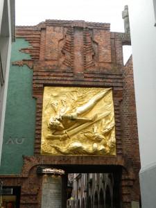 """Bremen Böttcherstrasse, """"Lichtbringer"""" Relief von Bernhard Hoetger"""